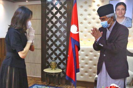 चिनियाँ राजदूतले प्रधानमन्त्री देउवालाई भेटेर दिइन् बधाई